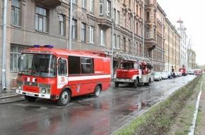На Васильевском острове из-за крупного пожаре в жилом доме перекрыли улицу