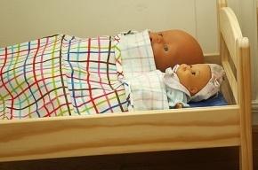 В Магаданской области девочка погибла, застряв между стеной и кроваткой