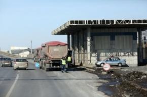 Перевернувшийся  контейнеровоз блокировал движение по КАД