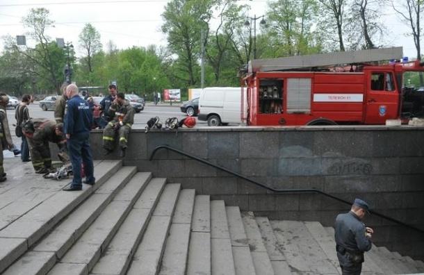 В Москве автомобиль сбил двух пешеходов и вылетел в подземный переход
