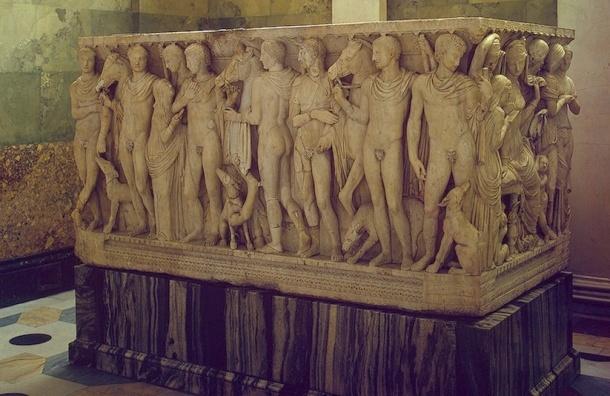 В Эрмитаже голый активист залез в гробницу и мылил себя мочалкой