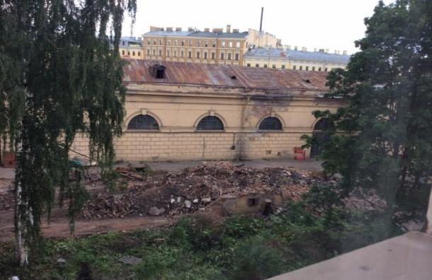 На территории Конюшенного ведомства сносят исторические здания