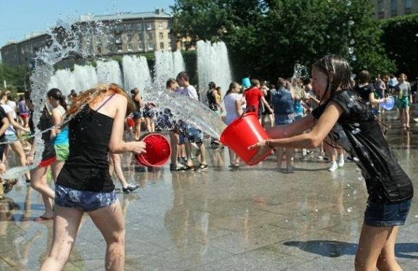Водная битва прошла в Петербурге на Московской площади