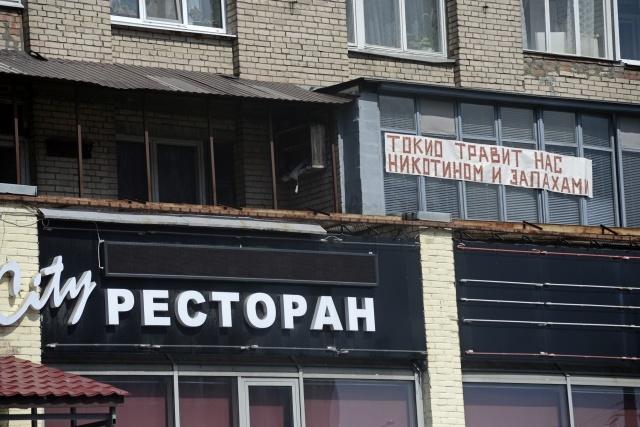 В Калининском районе жители дома сражаются с рестораном: Фото
