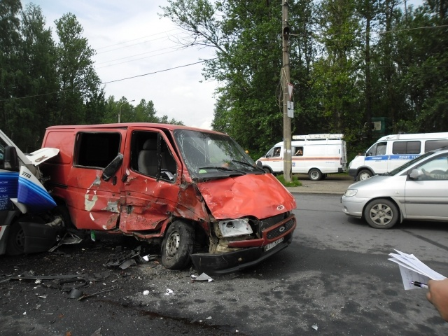 Под Петербургом маршрутка врезалась в «Форд», есть пострадавшие: Фото