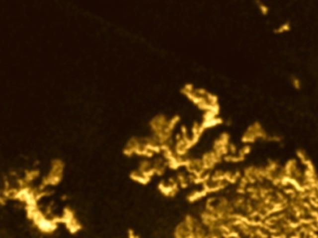 На спутнике Сатурна обнаружили волшебный остров: Фото