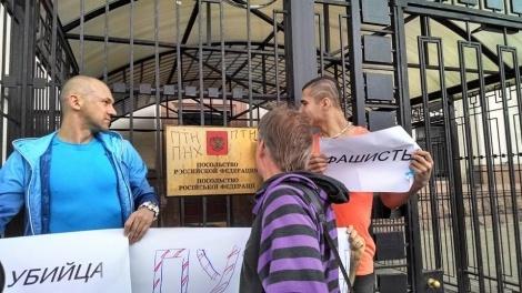 Протестующие в Киеве заблокировали российское посольство: Фото