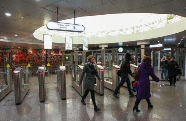 В петербургском метрополитене можно расплатиться банковской картой