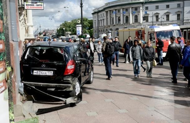 «Мерседес» влетел в толпу прохожих на тротуаре Невского проспекта