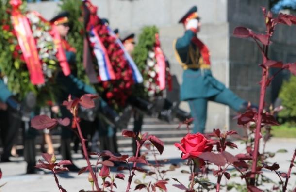 День памяти и скорби открыла церемония на Пискаревском кладбище
