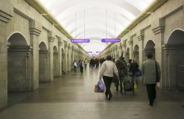 В петербургском метро на пассажирку упала плитка с колонны