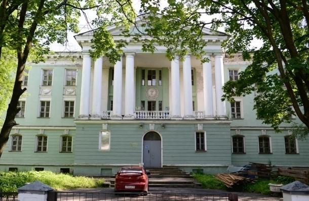 На Васильевском острове жители вышли на сход против вырубки сквера