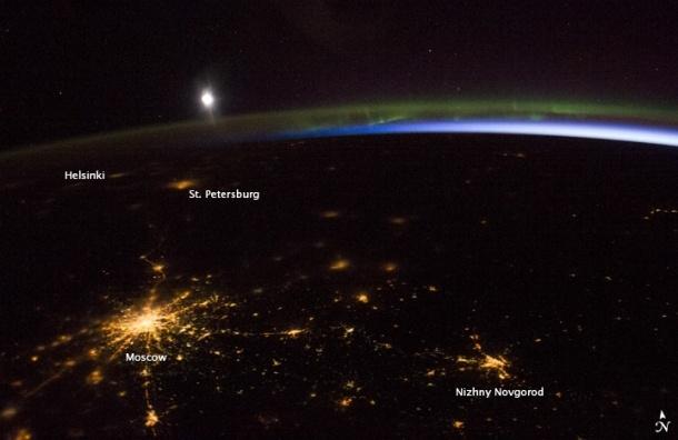 NASA опубликовало ночное фото Москвы и Петербурга из космоса