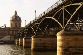 Знаменитый парижский мост обрушился под тяжестью замков
