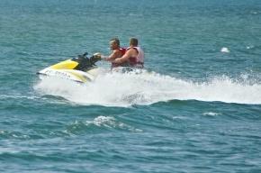 На Неве спасают людей с перевернувшегося водного мотоцикла