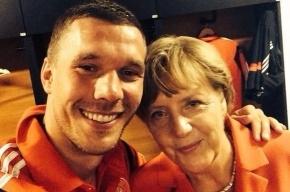 Подольски сделал «селфи» в раздевалке с Ангелой Меркель