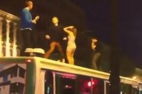 По Невскому проспекту прокатился автобус-танцпол