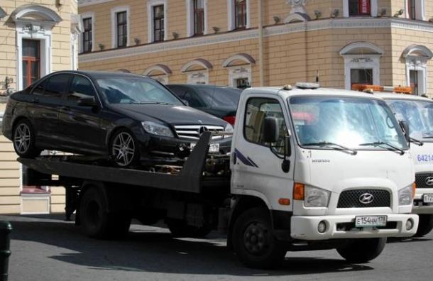 В центре Петербурга перед «Алыми парусами» эвакуируют автомобили