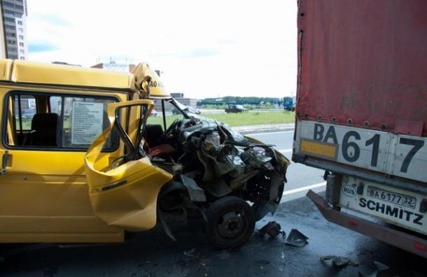 В Ленобласти грузовик врезался в маршрутку