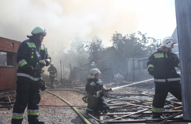 В Красносельском районе тушат пожар по повышенному номеру сложности