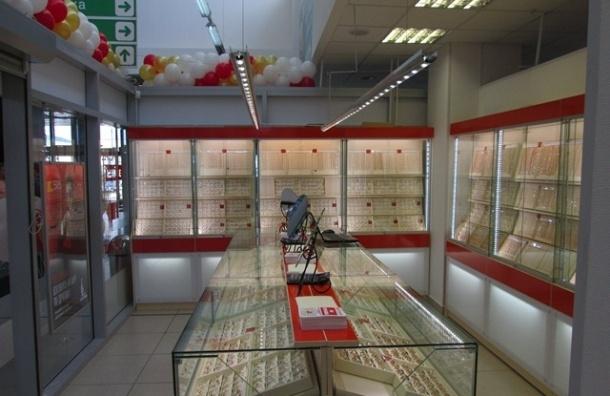 На улице Ленсовета вооруженный налетчик ограбил ювелирный магазин