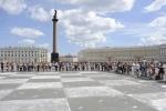 Гроссмейстеры сыграли в «живые» шахматы на Дворцовой: Фоторепортаж