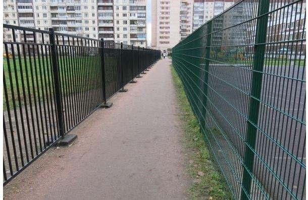 В Купчино школу обнесли двойным забором