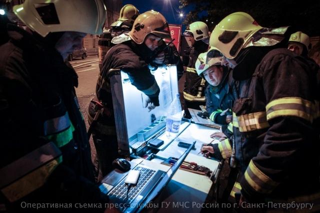 40 человек эвакуировали при пожаре в жилом доме на Васильевском острове : Фото