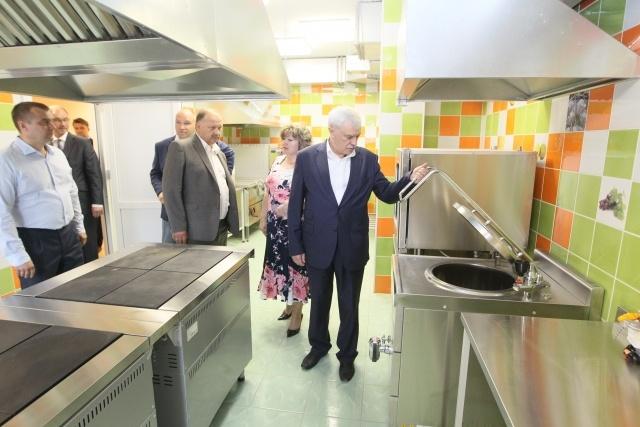 Полтавченко осматривает школу и детсад в Славянке: Фото