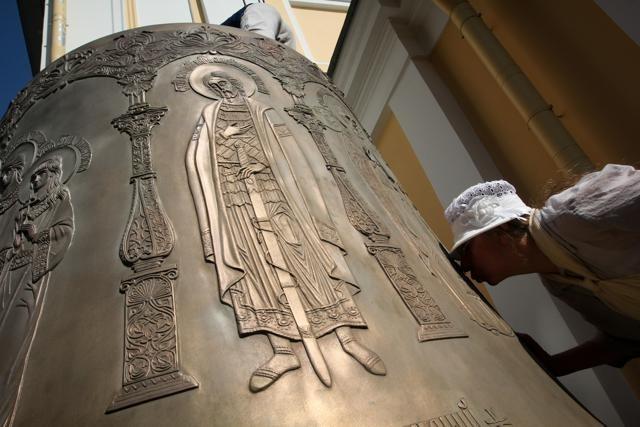 В Петербург прибыл самый большой колокол Александро-Невской лавры: Фото
