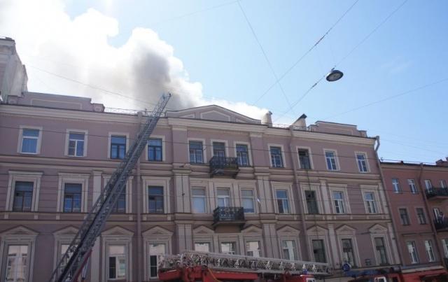 В центре Петербурга сгорела крыша жилого дома: Фото