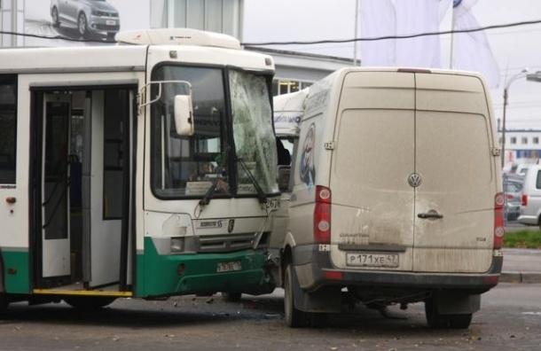 На Софийской улице автобус столкнулся с «Газелью»