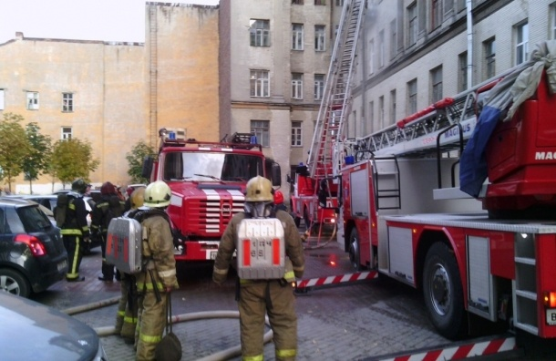 Из-за пожара в столовой на Кораблестроителей эвакуировали 20 человек
