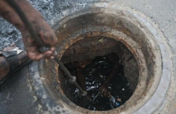 В Петербурге четырехлетняя девочка выжила после падения в канализацию