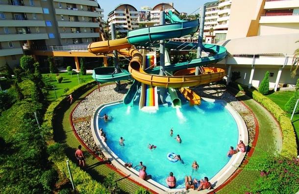 В Турции скончалась упавшая в бассейн пятилетняя девочка из Петербурга