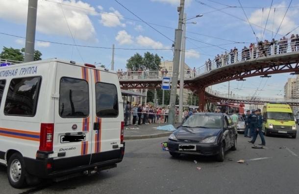 В Петербурге иномарка сбила насмерть двух человек на остановке