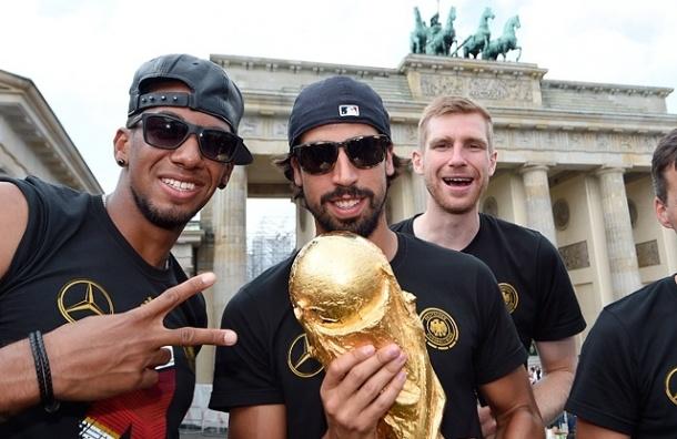 Сборная Германии разбила кубок чемпионов во время празднования