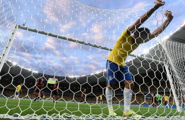 Германия разгромила хозяев чемпионата со счетом 7:1, в Бразилии массовые беспорядки