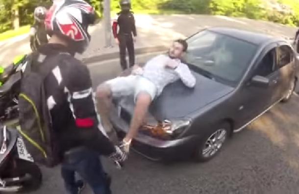 Нападение байкеров на машину с неожиданным концом стало хитом интернета
