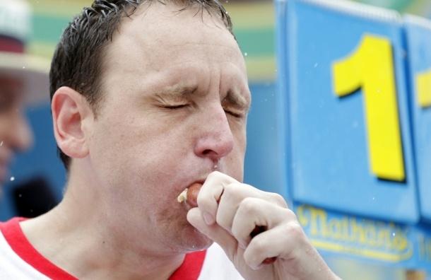 «Цунами» и «Челюсти» победили на чемпионате мира по поеданию хот-догов