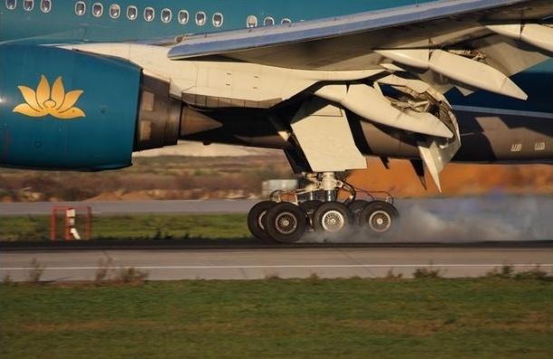 В «Домодедово» шасси самолета утонули в расплавившемся асфальте