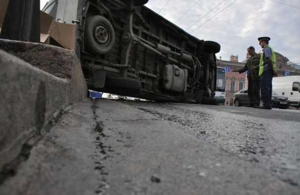 В ДТП на Петроградке перевернулась иномарка