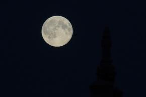 Британский астроном снял НЛО на фоне гигантской Луны