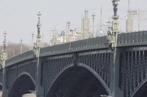 Троицкий мост перекрыт из-за ДТП с двумя иномарками