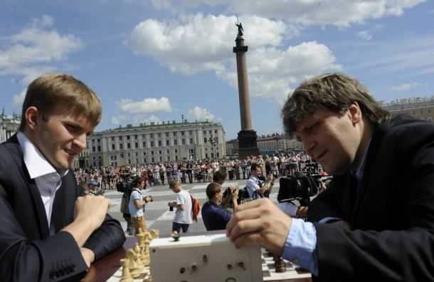 Гроссмейстеры сыграли в «живые» шахматы на Дворцовой