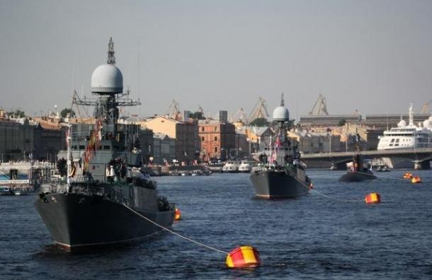 В акватории Невы в День ВМФ парадом прошли корабли
