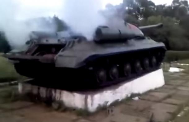 Танк-памятник «Иосиф Сталин» атаковал украинский блокпост