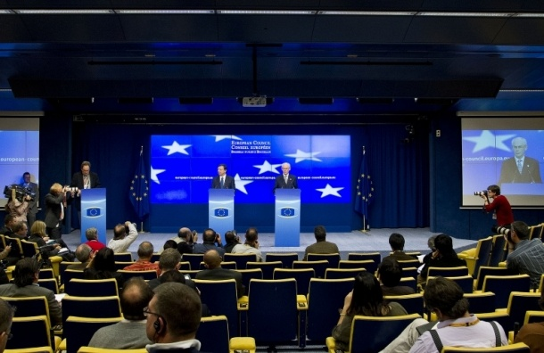 Евросоюз расширил список, но отложил экономические санкции против РФ