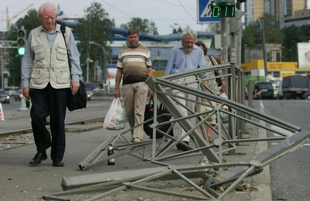 Автобус пробил заграждение и парализовал движение в центре Петербурга
