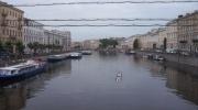 По Фонтанке проплыл мужчина с табличкой «Путин вечен»: Фоторепортаж